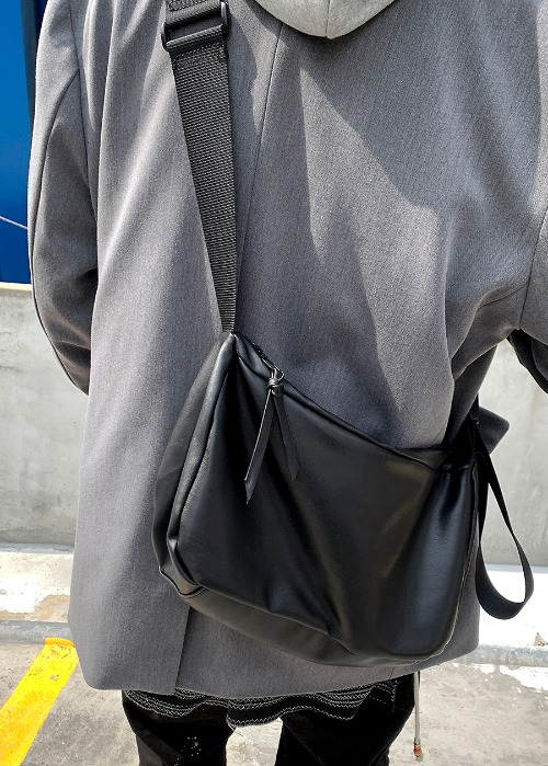 Black Utility Cross Bag(1 color)